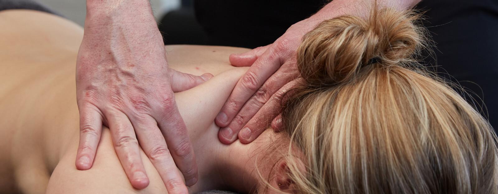 Stijve nek en vastzittende schouders? Na deze massage voelen jouw spieren weer soepel aan.